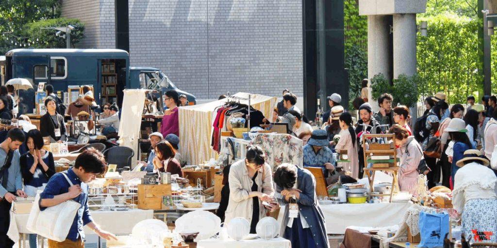 Quần áo, giàu dép, đồ gia dụng tại flea market Nhật Bản